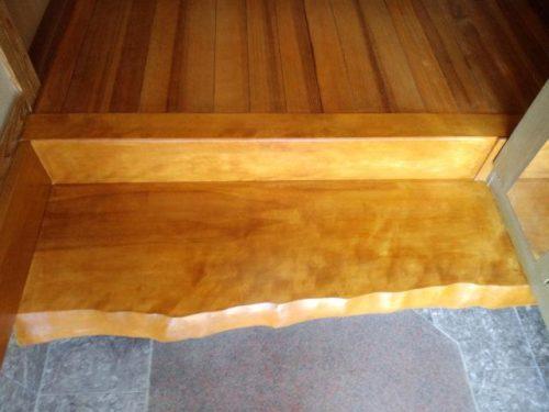 福津市若木台、銘木で作った上がり框の塗装